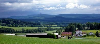 Český les, v pozadí vrch Velký Zvon s výzvědnou věží z dob socialismu