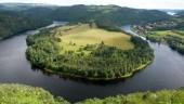 Podkova pod Solenicí, u Orlíka. Jezero vytváří kamýcká hráz.