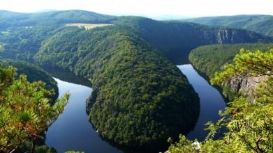 Štěchovické jezero, vyhlídka Máj. Dole vede po levém břehu cesta.