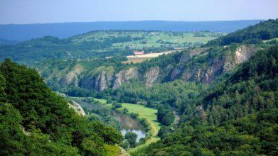 Netradiční pohled na karlštejnské hřiště - s okolím Českého krasu neladí úplně dokonale, krajinu zvláštně segmentuje