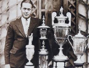 Nejlepší kolekce, jediný dobytý Grand Slam v historii golfu. Bobby Jones a jeho vítězné trofeje z major turnajů roku 1930.