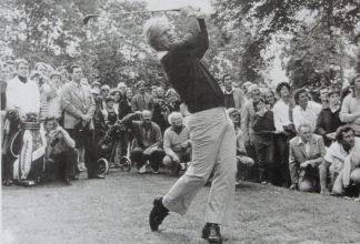 Jack Nicklaus si v Rakousku zahrál už v roce 1980, a to salzburském hřišti. Bělovlasý muž v podřepu za Nicklausem je Heinrich Harrer.