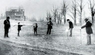 Rok 1888, členové newyorského klubu St. Andrews a jejich hra na pastvině v Yonkers, u domu jednoho z členů