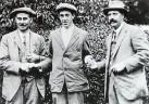 Hvězdná chvíle dvacetiletého amatéra Francise Ouimeta (uprostřed). Rok 1913 a US Open, ve kterém porazil britské profesionály Harryho Vardona (vlevo) a Teda Raye (vpravo).