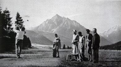 Momentka ze hry na tyrolském hřišti Innsbruck-Igls, rok 1941. Hrálo se zde od roku 1934, po válce byl klub obnoven až v roce 1956. Vzešli odtud dobří sportovní hráči. Dnes tu je osmnáctijamkové hřiště s parem 71 a devítka s parem 33; leží ve výšce okolo 900 metrů.