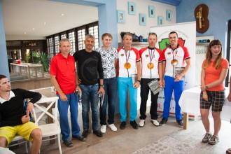 Vlevo tři členové týmu z Plzně, skončili druzí, vpravo tři členové vítězného týmu z Příbrami