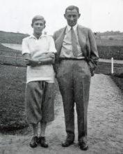 Hanno Tonder patnáctiletý, v roce 1930 s Vlastou Burianem na hřišti v Motole