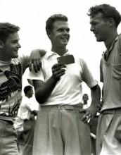 Uprostřed Harvie Ward, vpravo mladý Arnold Palmer