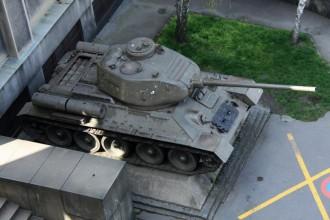 Dole před muzeem stojí tank T-34