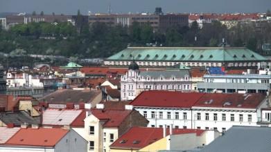 V pozadí budovy Národního technického muzea a Zemědělského muzea, vpravo budova Českých drah, kdysi ÚV KSČ