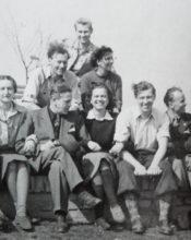 Na Líšnici po válce. V bílé košili sedící Hanno, vedle něj jeho žena Sáša. V horní řadě Ivo, vedle něj jeho žena Jiřina.