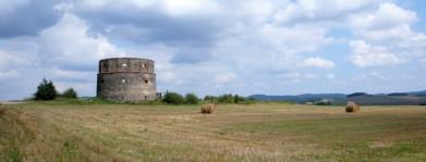 Pozůstatek větrného mlýna (snad?) u Sedlčan