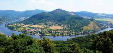Porta Bohemica, pohled od kostelku v obci Dubice