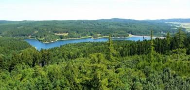Pohled z hradu Landštejn na zdejší přehradu