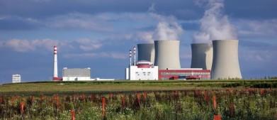 Temelín, odpařovací věže a komplex jaderné elektrárny