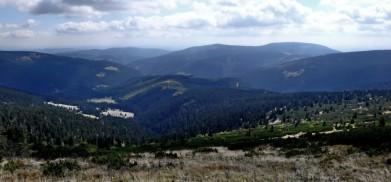 Východní Krkonoše, pohled od Luční hory k jihu, vpravo vzadu Černá hora