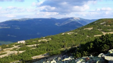 Krkonoše, pohled poblíž mohyly Hanče a Vrbaty. Řopík je vidět vlevo dole.