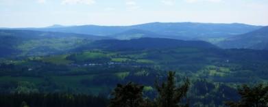 Vpravo na obzoru Poledník, vlevo vzadu Velký Ostrý v Německu