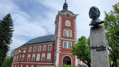 Zámek v Kamenici, busta skladatele V. Nováka