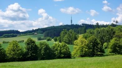 Vrch Mezivrata (713 m) a vysílač