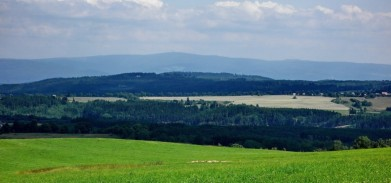 Poblíž obce Hlinky ve Slavkovském lese, na obzoru Klínovec