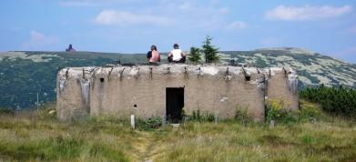 Na Vrbatově návrší v Krkonoších, bunkr řopík, v pozadí polský vysílač u Vysokého kola (1509 m)