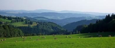 Pohled z okraje západních Krkonoš, cesta do Jilemnice, směrem na jih, na obzoru vrch Tábor u Českého ráje