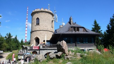 Tereziina chata na vrcholu je  z roku 1925