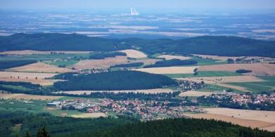 Pohled z Kleťe v jižních Čechách,  v dáli Temelín