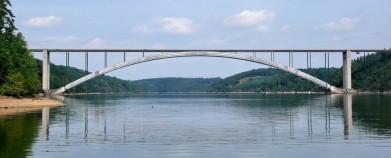 Žďákovský most nad Orlíkem je z roku 1967, délka přes 500 metrů, rozpětí oblouku přes 380 metrů