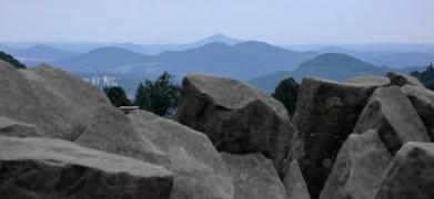 Z Panské skály (tzv. varhany), v pozadí vrch Ralsko, před ním kužele Lužických hor