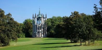 Gotický templ v parku zámku Krásný Dvůr. Původně i rozhledna, dnes nepřístupná.