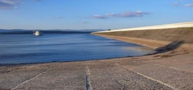 Hráz přehrady Nechranice. Měří 3 280 metrů.