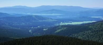 Masiv Plechého (1 378 m) z vrchu a rozhledny Boubín