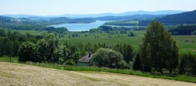 Lipenská nádrž, resp. vltavské údolí ze silnice kousek za Želnavou