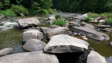 Sázava ve Stvořidlech je plná velkých kamenů