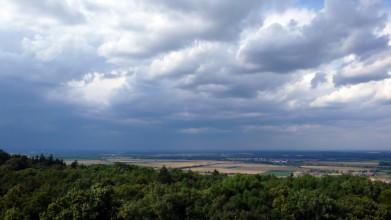 Z Kaňku směrem na sever, vlevo pod bouřkou je Kolín