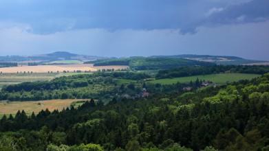 Z Kaňku - pohled na kopec Vysoká, je vlevo na horizontu
