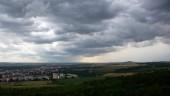 Z Kaňku - pohled na Kutnou Horu (vlevo), vpravo je na horizontu kopec Vysoká s rozhlednou