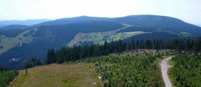 Z rozhledny na Hnědém vrchu v Krkonoších (1 200 m), vpravo na obzoru Černá hora (1 299 m)