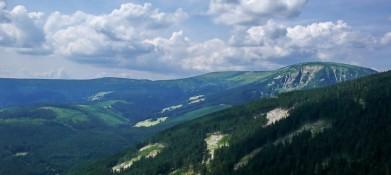 Studniční hora v Krkonoších (vpravo), pohled od Růžohorek