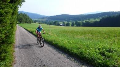 Údolí Horních Albeřic, vlevo v pozadí Rýchory