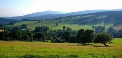Rýchory, nejvýchodnější část Krkonošů, kousek nad Horními Albrechticemi. Vzadu je vidět masiv Černé hory