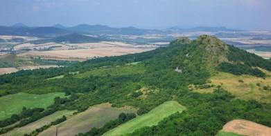 Vpravo Srdov, v dálce panorama Středohoří