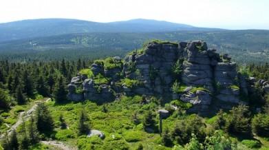 Výhled na Černou horu a Holubník, oba vrcholy cca 1075 metrů