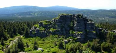 Vrchol Jizery, v pozadí Černá hora (vlevo) a Holubník (vpravo, oba vrcholy cca 1075 metrů