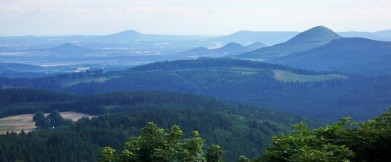 Z Luže směrem do Čech, vpravo je vidět vrcholek Klíče