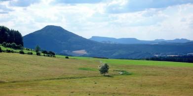 Růžovský vrch v Lužických horách, za ním Českosaské Švýcarsko