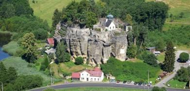 Hrad Sloup v severních Čechách, pod Lužickými horami. Pohled z protější rozhledny Na Stráži.
