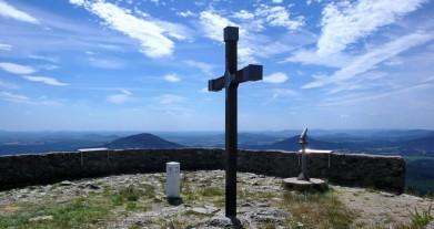 Kříž na vrchu Hvozd-Hochwald (750 m) v Lužických horách. Bílý kámen dole je hraniční patník mezi Německem a Českem.